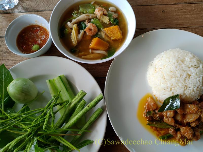 チェンマイある南部タイ料理飯屋カーオホームゲーンタイの各種料理