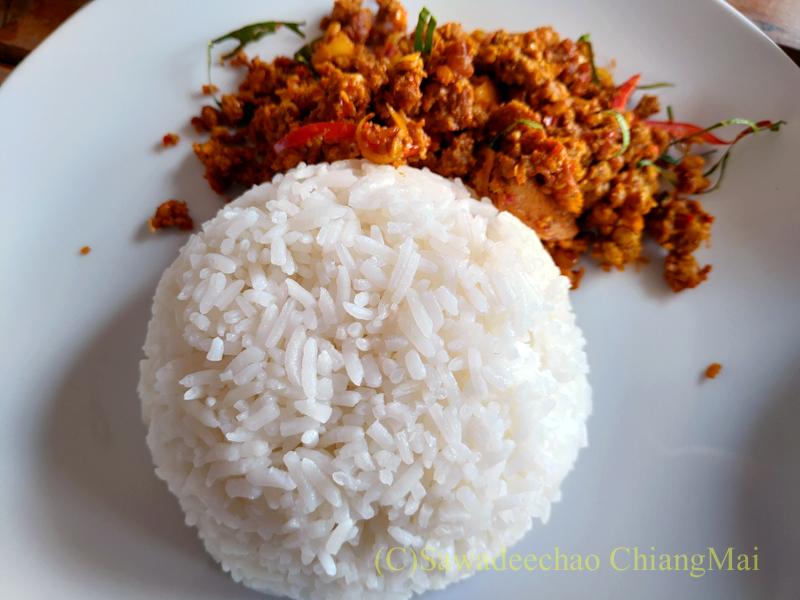 チェンマイある南部タイ料理飯屋カーオホームゲーンタイのクアクリン