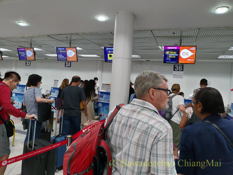 チェンマイ国際空港の国内線ターミナルのTGチェックインカウンター