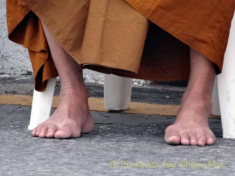 チェンマイ市内の元旦特別タムブン(徳積行)にやって来た僧侶の脚