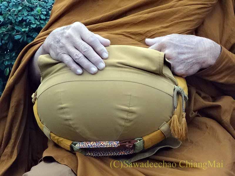 チェンマイ市内の元旦特別タムブン(徳積行)にやって来た僧侶の鉢