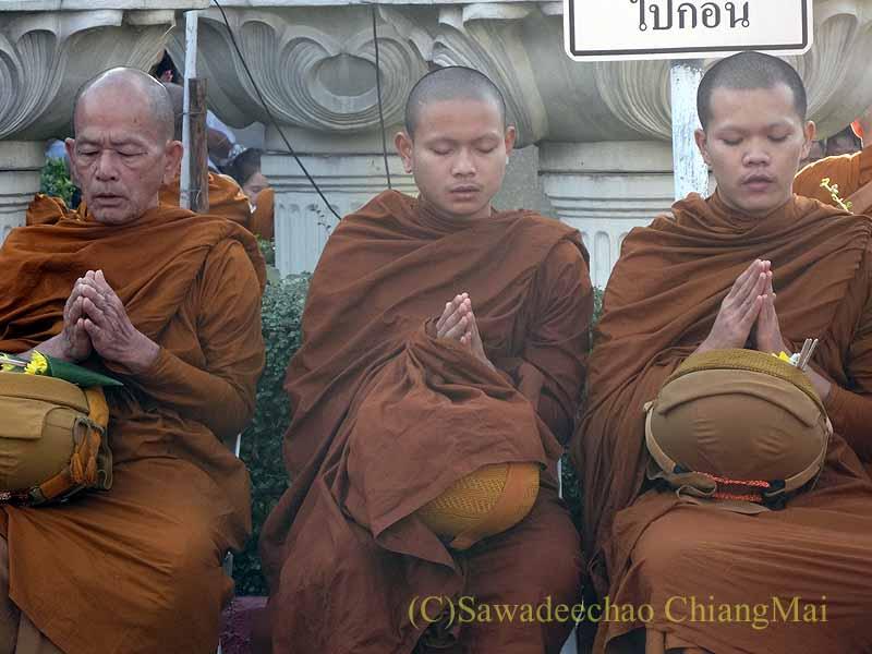 チェンマイ市内の元旦特別タムブン(徳積行)で読経する僧侶