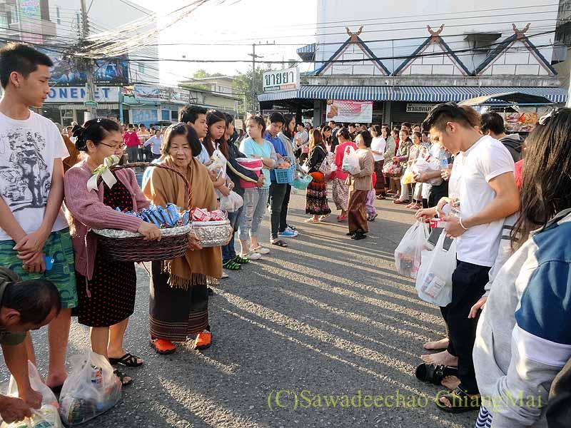チェンマイ市内の元旦特別タムブン(徳積行)で托鉢を待つ人々