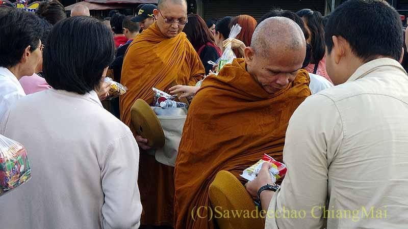 チェンマイ市内の元旦特別タムブン(徳積行)でに托鉢を受ける僧侶