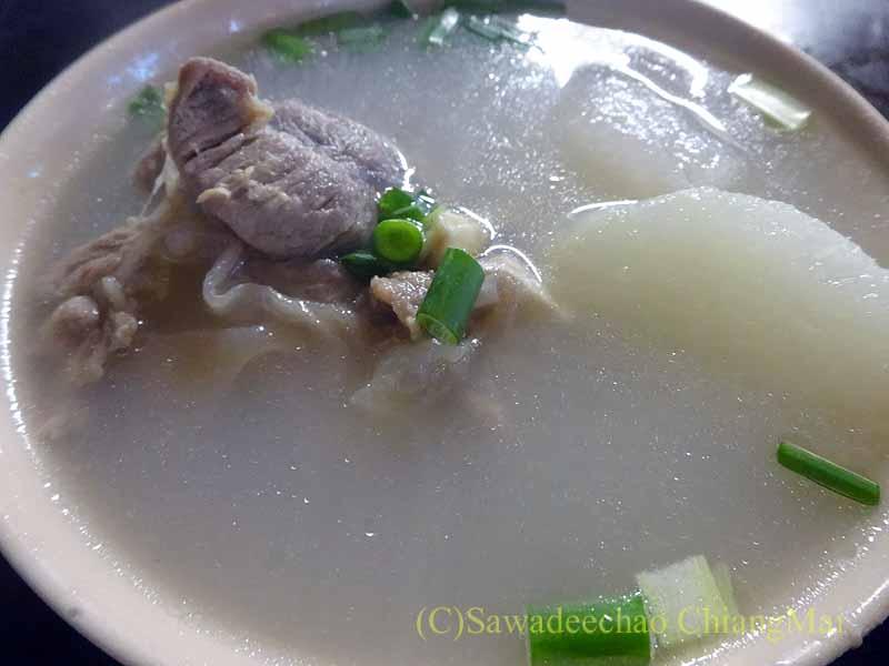 マレーシアのクアラルンプールのチャイナタウンの中華釜めしのスープ