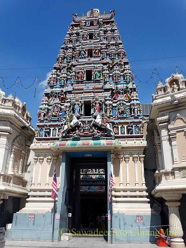 マレーシアのクアラルンプールにあるスリ・マハ・マリアマン寺院の塔門