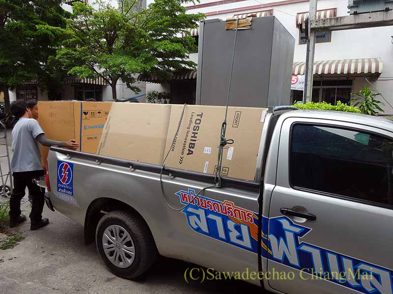 チェンマイの大型家電量販店サヤームTVの配達ピックアップトラック