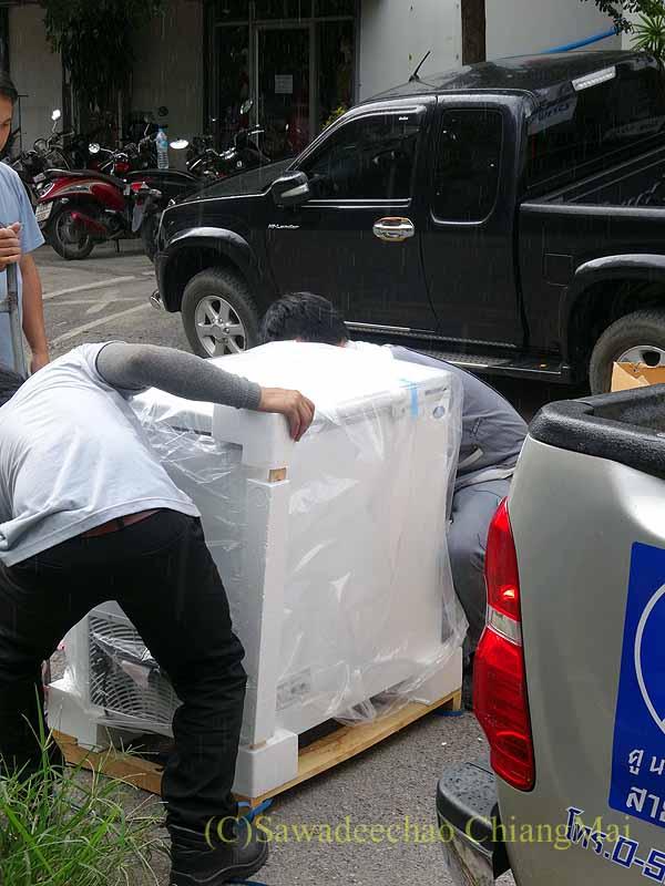 購入した食品冷凍庫の開梱の様子