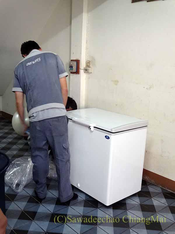 チェンマイの大型家電量販店で購入した冷凍庫の設置の様子