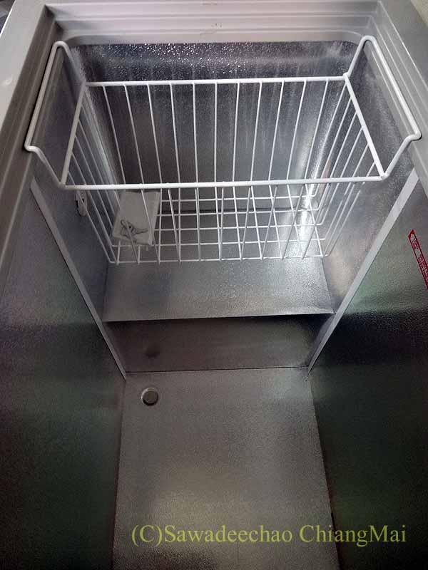 チェンマイの大型家電量販店で購入した冷凍庫の底部