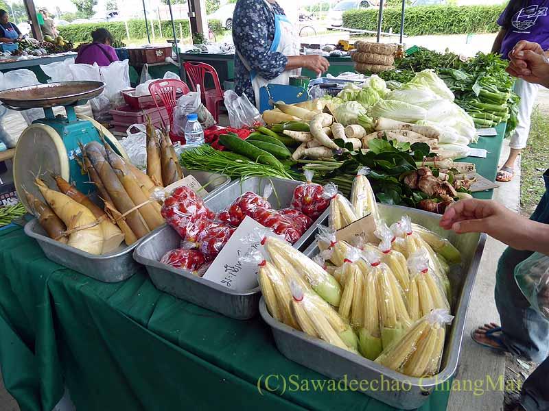 チェンマイ大学農学部の土曜安全食品市の野菜売り