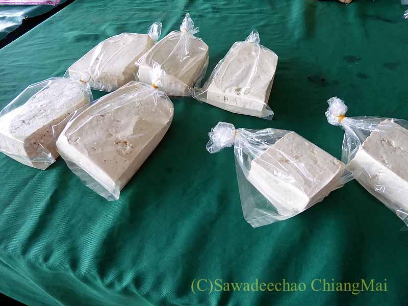 チェンマイ大学農学部の土曜安全食品市の豆腐屋