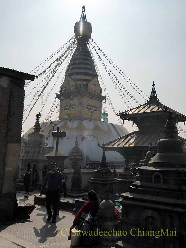 ネパールのカトマンズ郊外にあるスワヤンブナート寺院の仏塔遠景