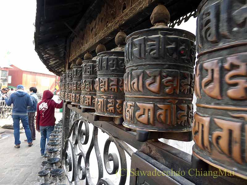 ネパールのカトマンズ郊外にあるスワヤンブナート寺院の仏塔のマニ車