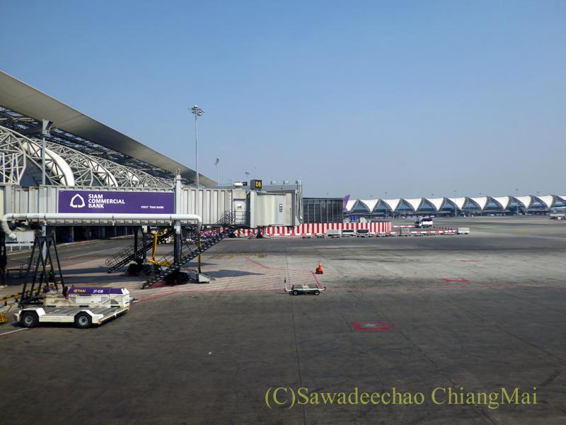 搭乗便の機内から見たタイ・バンコクのスワンナプーム空港のゲート