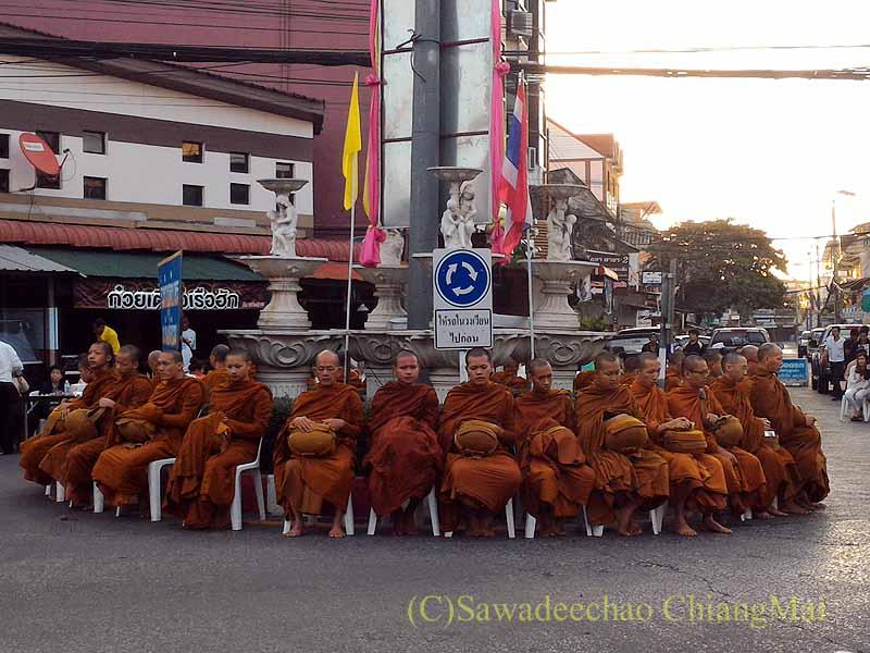 チェンマイ市内の元旦特別タムブン(徳積行)で儀式を待つ僧侶たち