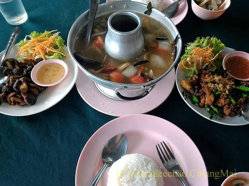 チェンマイ県のドーイインタノンふもとのレストランで食べたランチ全景
