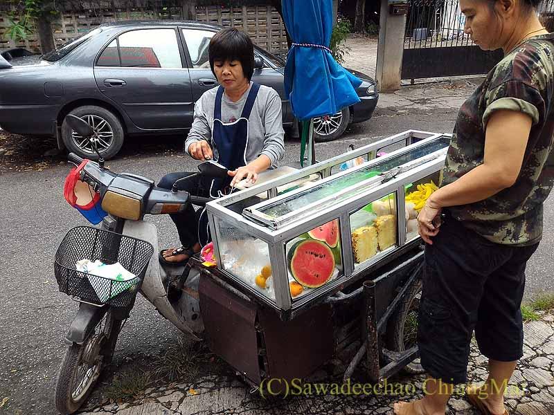 チェンマイのサイドカーつきバイクのフルーツ売り屋台