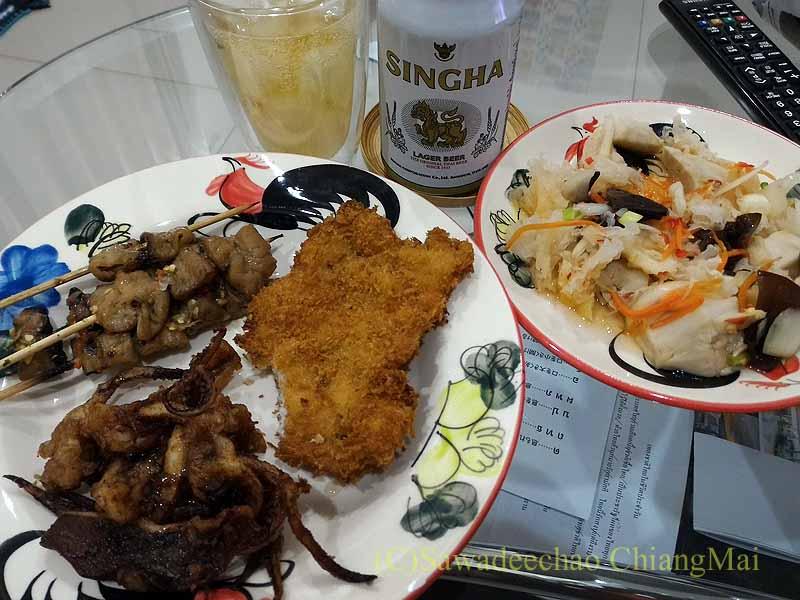 チェンマイ郊外で開かれている定期市で購入した夕食全景