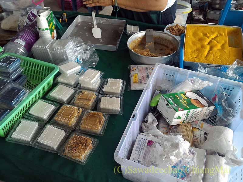 チェンマイ大学農学部の土曜安全食品市のタイスイーツの店