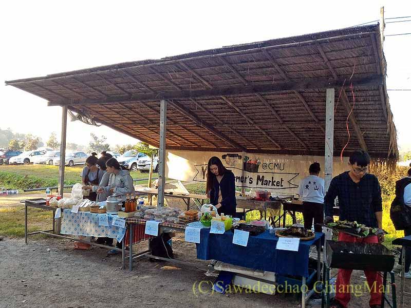 チェンマイ大学農学部の土曜安全食品市の学生の店