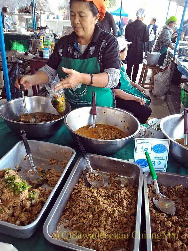 チェンマイ大学農学部の土曜安全食品市のおかず屋