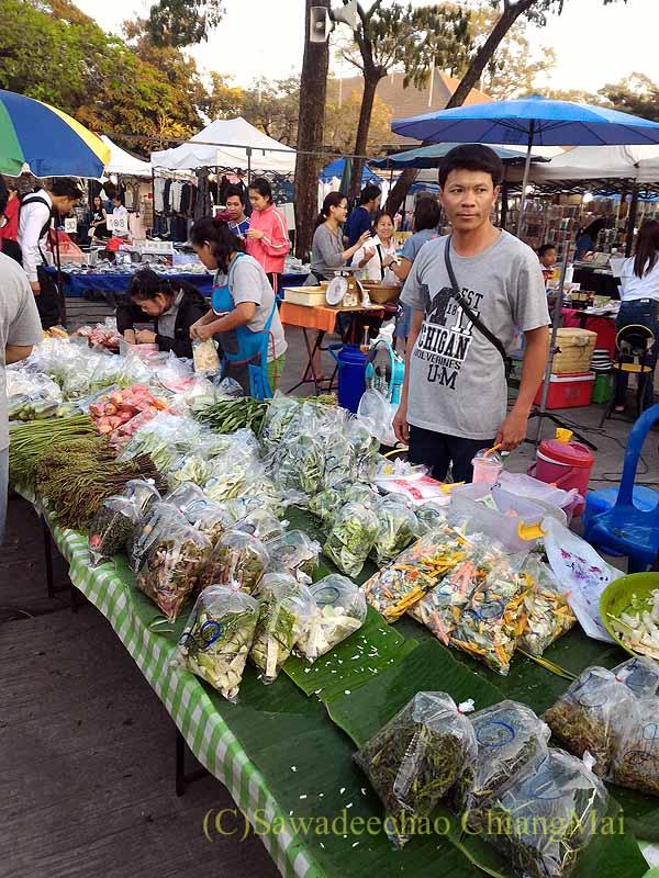 チェンマイ郊外で開かれている定期市の野菜を売る店