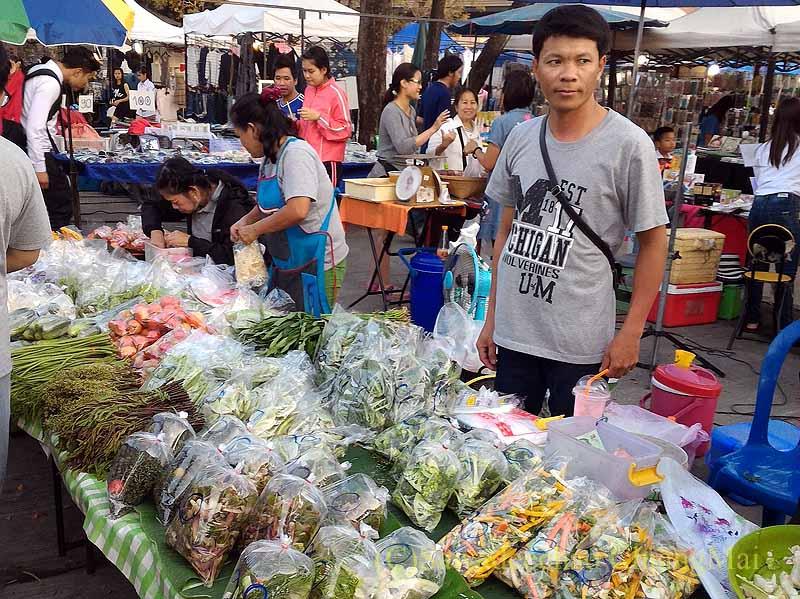 チェンマイ郊外で開かれている定期市の野菜売り