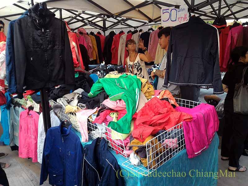チェンマイ郊外で開かれている定期市の古着屋