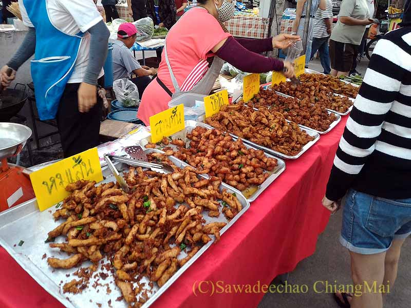 チェンマイ郊外で開かれている定期市のムートートの店