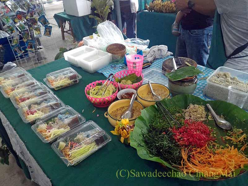 チェンマイ大学農学部の土曜安全食品市のカオヤムパクタイの店
