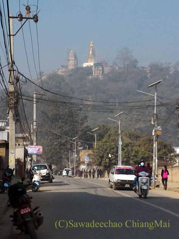 ネパールのカトマンズ市内から見たスワヤンブナート寺院
