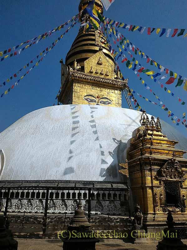 ネパールのカトマンズ郊外にあるスワヤンブナート寺院の仏塔アップ