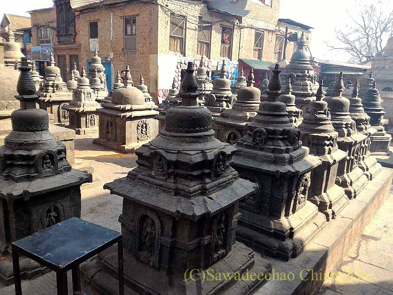 ネパールのカトマンズ郊外にあるスワヤンブナート寺院の石仏塔
