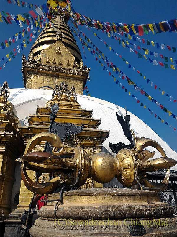ネパールのカトマンズ郊外にあるスワヤンブナート寺院の仏塔の五鈷杵