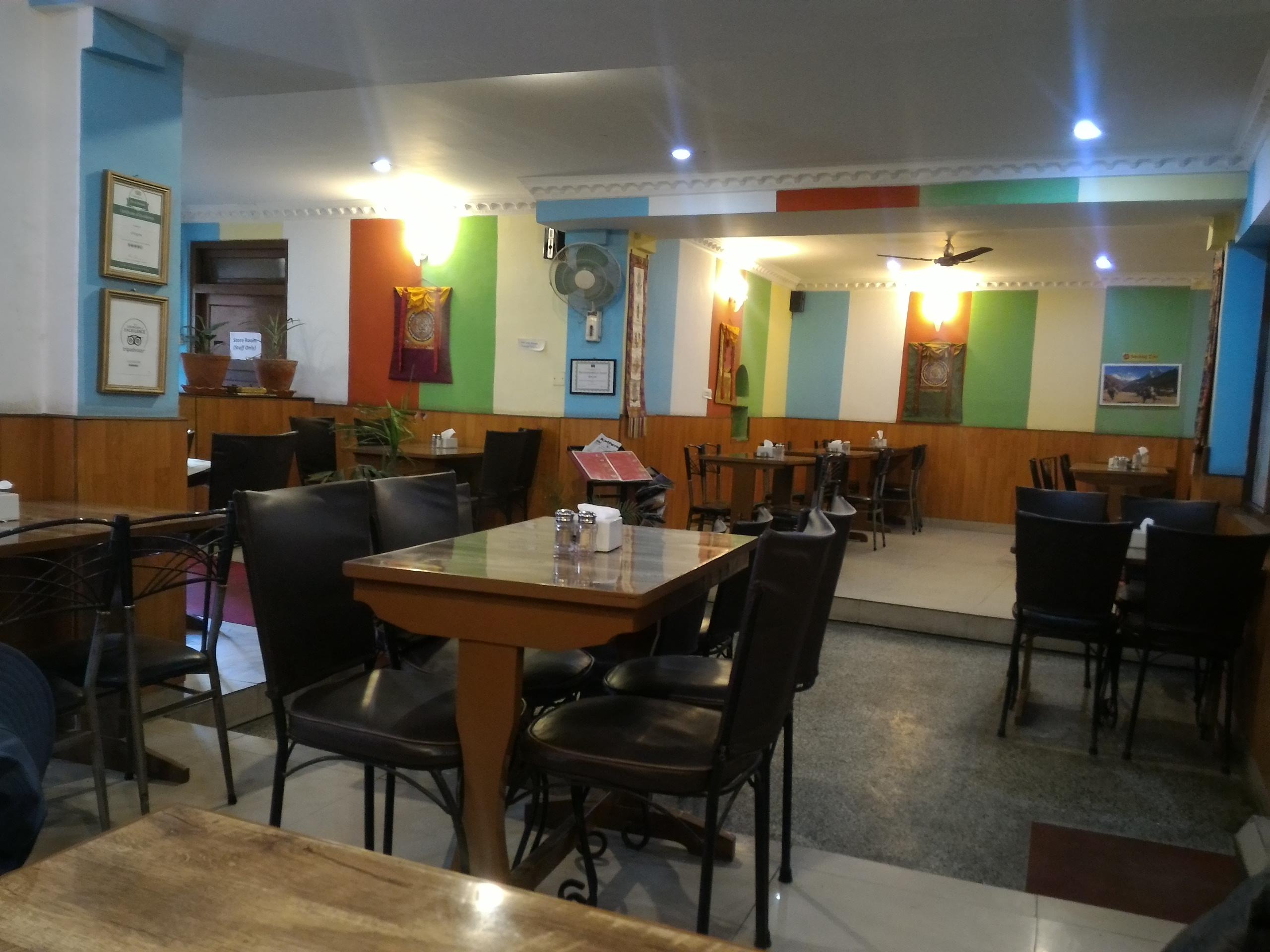 ネパールのカトマンズにあるチベット料理レストラン、ギリンツェの店内