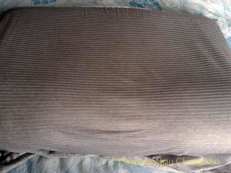 チェンマイでの生活用に購入したニトリのNクール冷感寝具をかぶせた枕
