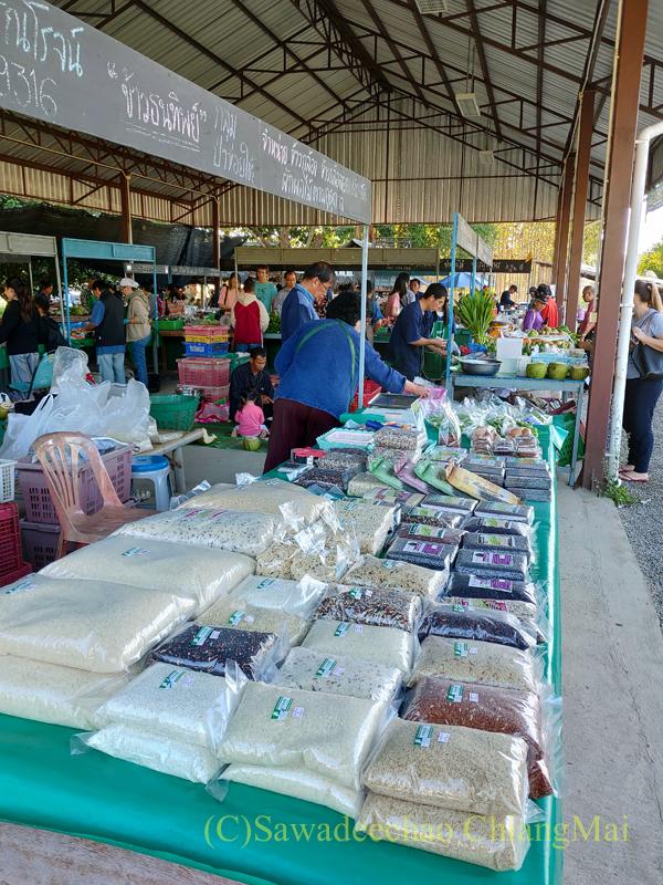 チェンマイ大学農学部の土曜安全食品市の米屋