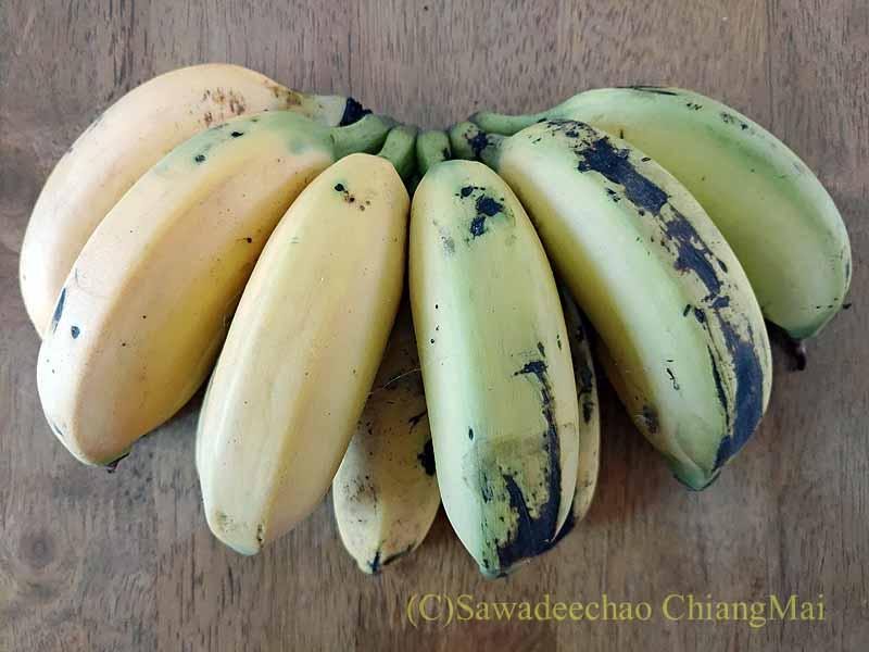 チェンマイの移動屋台から購入したバナナ チェンマイの街でよく見かけるサイドカー