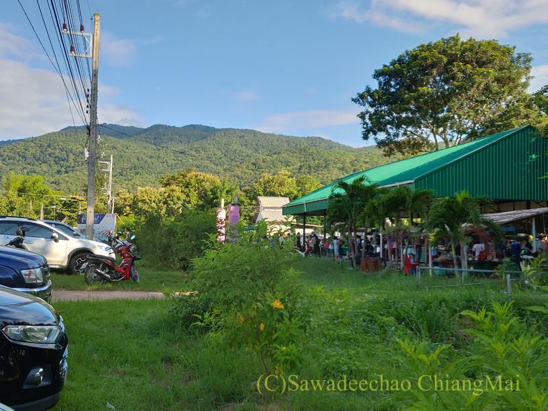 チェンマイ郊外のチェンマイ大学農学部土曜安全食品市