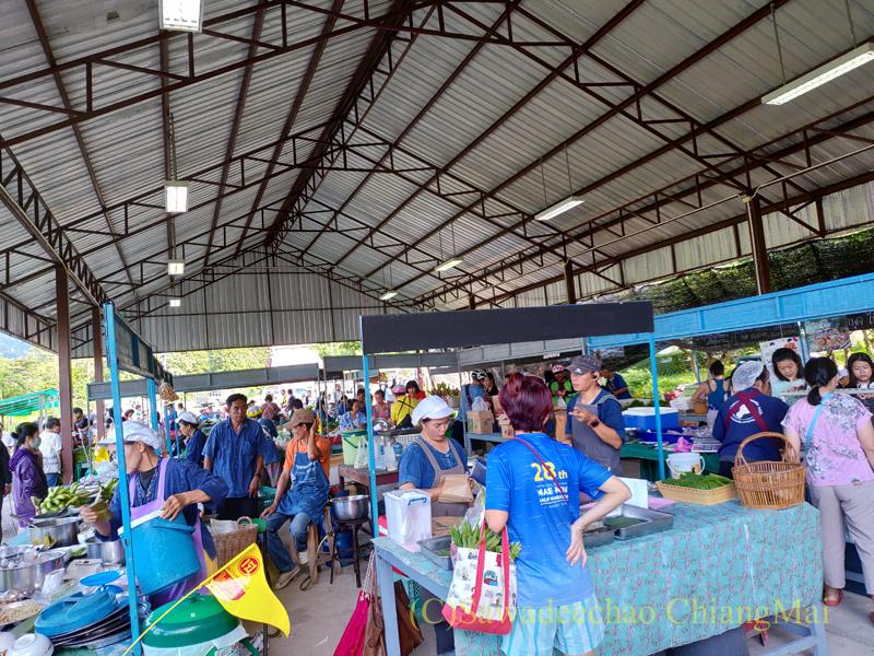 チェンマイ大学農学部土曜安全食品市の市場内部