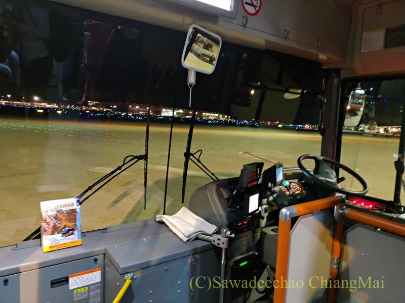 羽田空港で沖止めされた機体からターミナルへと移動するためのバス