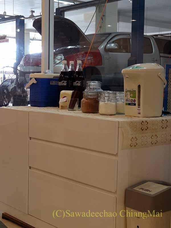 チェンマイのトヨタ車サービスセンターの待合スペースの無料ドリンク