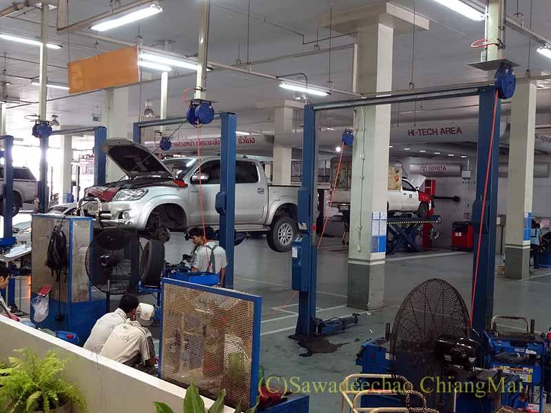 チェンマイのトヨタ車サービスセンターの工場の点検修理の様子