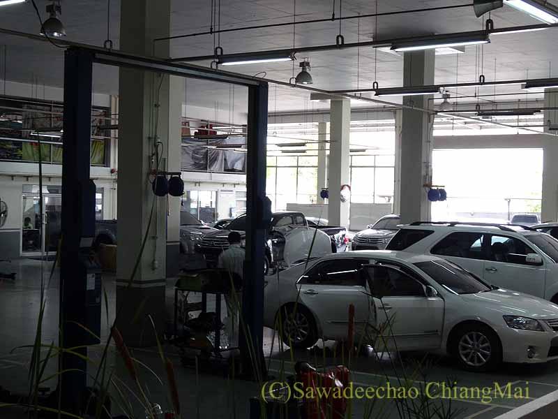 チェンマイのトヨタ車サービスセンター工場内部概観