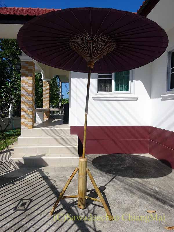 嵐で壊れる前のタイのチェンマイの自宅の駐車場の日よけ傘概観