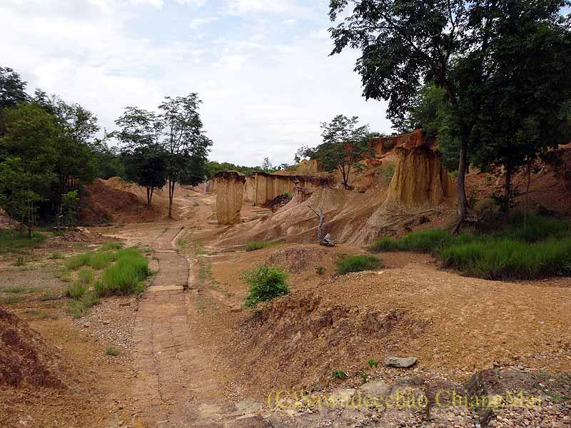 タイのプレー郊外にある奇岩群ペムアンピーの入口近くの風景