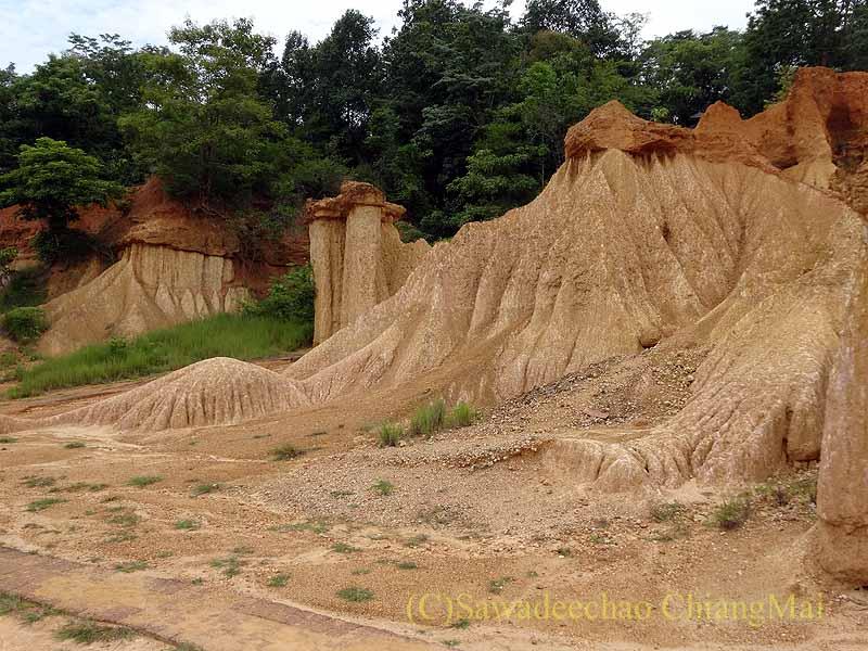 タイのプレー郊外にある奇岩群ペムアンピーの奇岩のギザギザ模様