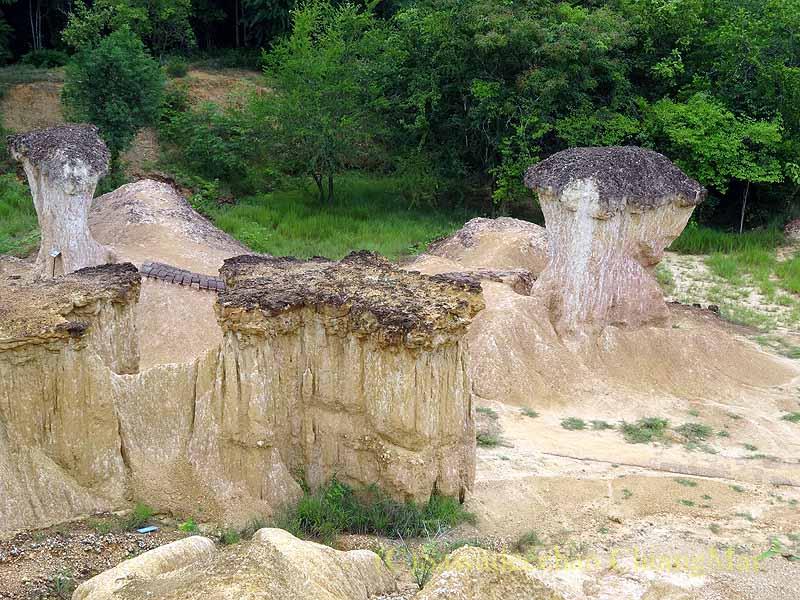タイのプレー郊外にある奇岩群ペムアンピーの奇岩を上から見る