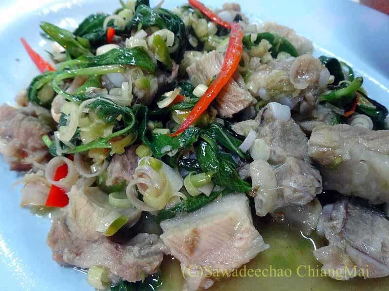 タイのプレーにある中華タイ食堂ソットチューンポーチャナーの豚肉と青菜ネギのニンニク炒め